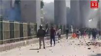 दिल्ली के जाफराबाद में हिंसक प्रदर्शन, शख्स ने पुलिस के सामने चलाईं 8 गोलियां