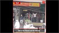 ATM के बाहर कहीं दिखी भीड़ तो कहीं लोगों ने सोशल डिस्टेंसिंग का किया पालन