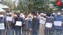 मूलभूत सुविधाओं की मांग को लेकर लोगों को शासन-प्रशासन के खिलाफ प्रदर्शन