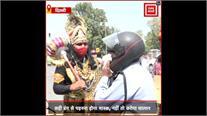 दिल्ली : मास्क न पहनने वालों के 'यमराज' ने काटे चालान