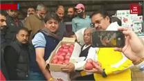 सूरत फल मंडी का प्रतिनिधिमंडल पहुंचा सोपोर, फल उत्पादकों से की मुलाकात