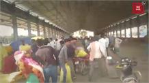 Narnaul में किसानों ने दिनदिहाड़े लूटा DAP खाद का गोदाम, Video Viral