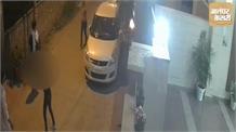काम का पैसा मांगने गई लड़कियां, मालिक ने गली में दौड़ा कर पीटा, Video Viral