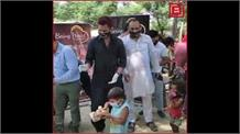 यमुना किनारे बसे लोगों को बांटा गया राशन और भोजन