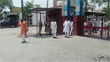 Ellenabad में Covid Hospital का उद्घाटन करने पहुंचे BJP नेता का भारी विरोध