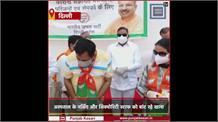 बीजेपी दिल्ली ने चलाया भोजन सेवा अभियान, अस्पताल के नर्सिंग और सिक्योरिटी स्टाफ को बांट रहे खाना