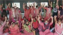 पोषण ट्रैकर एप्प प्रशिक्षण शिविर का anganwadi workers ने किया विरोध, सरकार के खिलाफ की नारेबाजी