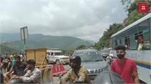 इस रूट से जा रहे हैं तो जरा ध्यान से... अभी-अभी हुआ भारी Landslide, लगातार गिर रहा मलबा