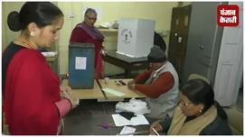 निकाय चुनाव 2018: मतदान करने आए मतदाता...