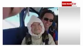 102 साल की महिला ने 14,000 फुट से छलांग...