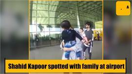 बच्चों को गोद में उठा एयरपोर्ट पर स्पॉट...