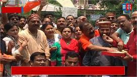बीजेपी कार्यकर्ताओं ने मिठाई बांटकर...