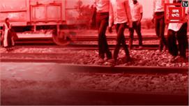 वाह रे सिस्टम: खड़ी ट्रेन के नीचे से...