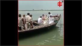 परिवार ने गंगा नदी में विसर्जित की...