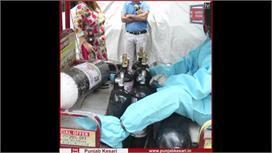 लोगों के घरों तक ऑक्सीजन सिलेंडर ले जा...