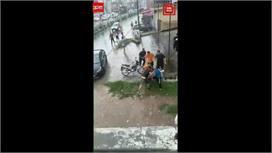 लोग बारिश से परेशान,इनके पास लड़ाई का...