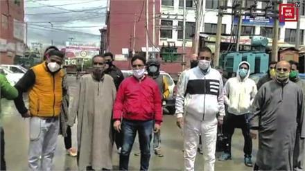 इलाके में जल भराव से परेशान लोगों ने श्रीनगर में किया प्रोटेस्ट