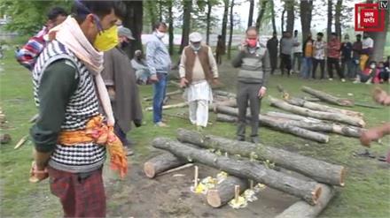 घाटी में नफरत फैलाने वालों के लिए सबक, मुस्लिम समुदाय ने किया कश्मीरी पंडित का अंतिम संस्कार