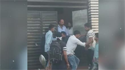 घर के बाहर बाइक खड़ी करने से किया मना तो युवकों ने रिटायर्ड फौजी पर लाठी-डंडों से कर दिया हमला