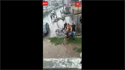लोग बारिश से परेशान,इनके पास लड़ाई का काम
