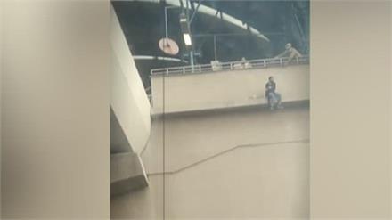 खुदकुशी के लिए मेट्रो स्टेशन के छज्जे पर पहुंची युवती, देखिए पुलिस ने कैसे बचाया